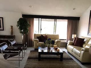 Una sala de estar llena de muebles y una mesa en Casa en venta en San Jerónimo Lídice de 382mt2