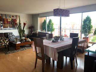 Un comedor con una mesa y sillas en Apartamento en Caobos Salazar, Cedritos - 123 mt2, tres alcobas