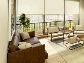 Una sala de estar llena de muebles y una gran ventana en Casa Magenta