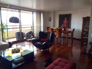 Una sala de estar llena de muebles y una televisión de pantalla plana en Apartamento en San Gabriel Norte, Usaquen - 151 mt2, tres alcobas, balcón