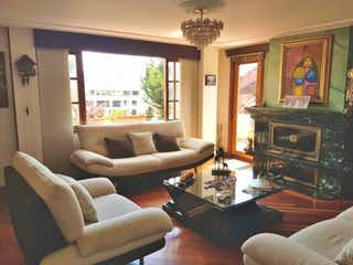 Una sala de estar llena de muebles y una chimenea en PRADO CHESINUT HILL