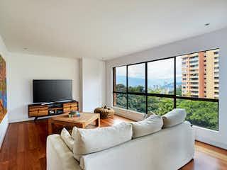 Una sala de estar llena de muebles y una televisión de pantalla plana en Apartamento en El Tesoro  - Poblado,  alta campiña con 2 niveles y 4 habitaciones