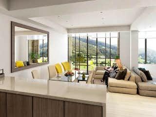 Una sala de estar llena de muebles y una gran ventana en Calera Gardens