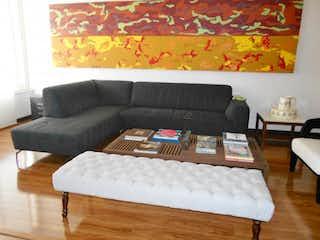 Una sala de estar con un sofá y una mesa en Edificio Escorial