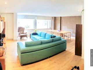 Un sofá verde sentado en una sala de estar en APARTAMENTO REMODELADO VENTA EMAUS, BOGOTA T.