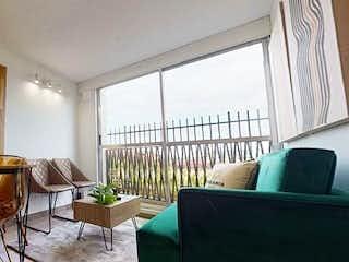 Una sala de estar llena de muebles y una ventana en Urbania BIO (VIS)