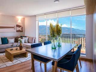 Una sala de estar llena de muebles y una mesa en Huertas Oriental 1