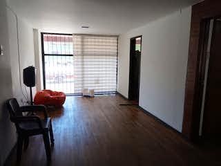 Una sala de estar llena de muebles y una televisión de pantalla plana en Apartamento cerca a Universidad Nacional