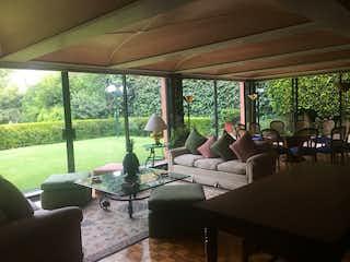 Una sala de estar llena de muebles y una gran ventana en RESIDENCIA RENTA O VENTA PARQUE VIA REFORMA