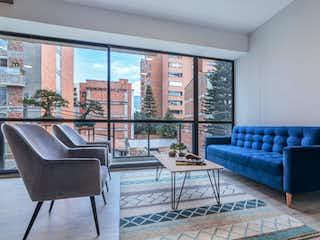 Una sala de estar llena de muebles y una gran ventana en Hábitat del Río