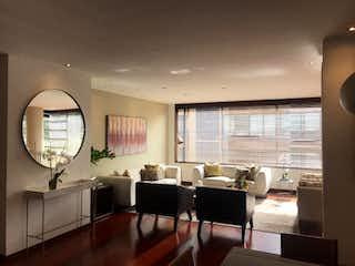 Una sala de estar llena de muebles y una gran ventana en Apartamento en Chico Reservado, Chico - con tres alcobas, balcón, sala con chimenea