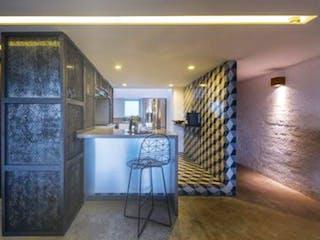 Una sala de estar llena de muebles y una lámpara de araña en Espejo Escandón