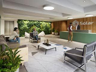 Un grupo de personas sentadas en una sala de estar en Solar Apartamentos