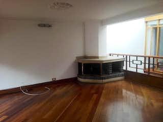 Una sala de estar con suelos de madera dura y un suelo de madera en Casa