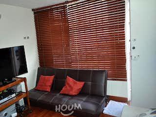 Una sala de estar llena de muebles y una televisión de pantalla plana en Casa en San Jose de Bavaria. 4 habitaciones. 57 m2