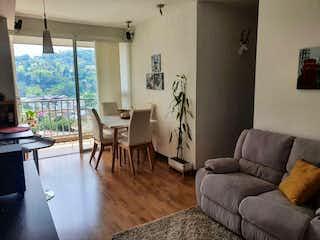 Una sala de estar llena de muebles y una gran ventana en Apartamento en venta en La Aldea de 60m²