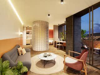 Una sala de estar con buena ventilación natural, zona de estar, mesa y lámpara en Heiss Hotel