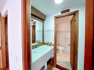 Un cuarto de baño con lavabo y ducha en Ninguno