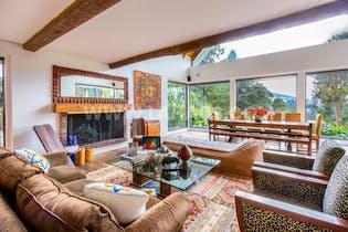 Casa en vía la Calera de 5 alcobas, 580 mts, con casa para mayordomos