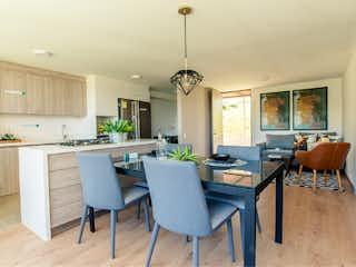 Una sala de estar llena de muebles y una lámpara de araña en Faro Verde