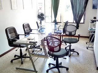 Una sala llena de un montón de equipo informático en Apartamento en El Portal, Envigado - Tres alcobas