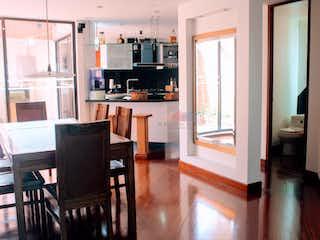 Una sala de estar llena de muebles y una televisión de pantalla plana en Casa en Santa Ana Oriental, Usaquen - Tres alcobas
