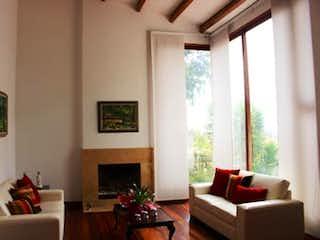 Una sala de estar llena de muebles y una chimenea en Casa En Santa Ana, Usaquén, 4 Habitaciones- 480m2.
