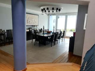 Una sala de estar llena de muebles y una mesa en JARDINES EN LA MONTAÑA
