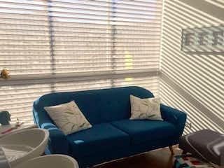 Una sala de estar llena de muebles y una ventana en Apartamento En  Bogota Calleja - con balcon