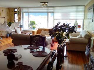 Una sala de estar llena de muebles y una planta en maceta en Apartamento En Venta En Bogota Galerias
