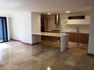 Una cocina con un fregadero y una estufa en Apartamento en Bolivariana, Laureles - 90mt, dos alcobas, parqueadero