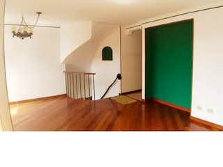 Una sala de estar con suelos de madera y paredes verdes en Apartamento en venta en Carlos Lleras de 3 alcobas