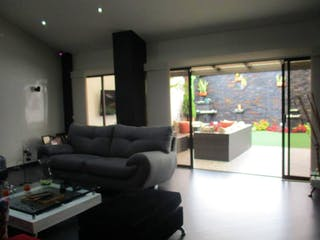 Una sala de estar llena de muebles y una televisión de pantalla plana en Casa En Venta En Bogota Niza