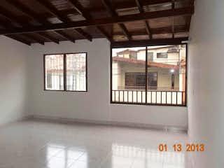 Un baño que tiene una ventana en él en Apartamentoen Santa Fe, Guayabal - Tres alcobas