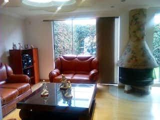 Una sala de estar llena de muebles y una ventana en