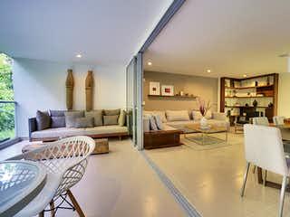 Una sala de estar llena de muebles y una mesa en Jacarandas Parque Residencial