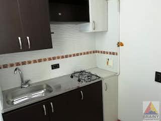 Un cuarto de baño con lavabo y un espejo en Apartamento en El Trianon, Envigado - 60mt, piso 3, dos alcobas
