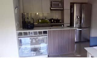 Una cocina con fregadero y nevera en Apartamento en venta en Camino Verde, Envigado.