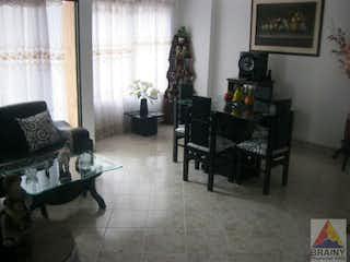 Una sala de estar llena de muebles y una ventana en Apartamento en Santa Maria, Itagui - 100mt, cuatro niveles, tres alcobas