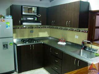 Una cocina con una estufa de fregadero y horno en Apartamento en Santa María 2, Itagui - 87mt, cuatro alcobas, balcón