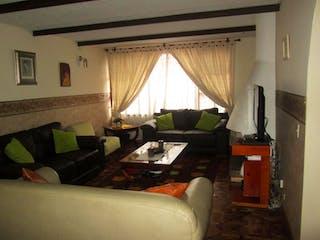 Una sala de estar llena de muebles y una televisión de pantalla plana en Casa En Venta En Bogota La Floresta