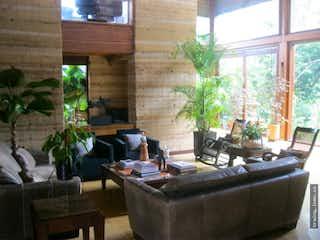 Una sala de estar llena de muebles y una ventana en Casa en venta. La Estrella. Quebrada Grande.