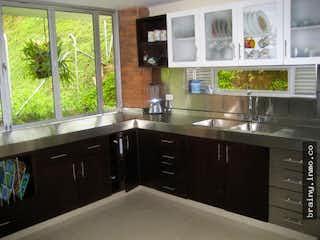 Una cocina con un lavabo y una ventana en Casa en venta. Sabaneta. San Jose.