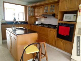Cocina con fogones, fregadero y microondas en Casa en venta. Sabaneta. San Jose.