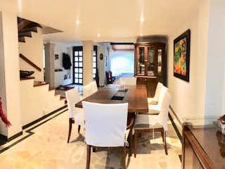 Una gran cocina con una mesa y sillas en Casa en San Jose de Bavaria, Suba - Cuatro alcobas