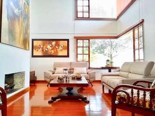 Una sala de estar llena de muebles y una gran ventana en Casa en Sotileza, Suba - Tres alcobas