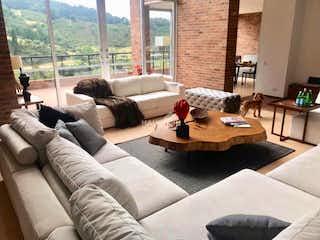 Una sala de estar llena de muebles y una gran ventana en Casa de 615m2 en Nirvana, Sopó - con terraza de 140m2