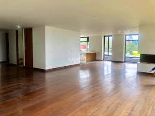 Una sala de estar llena de muebles y pisos de madera dura en Apartamento de 380m2 en Suba, Torreladera - con tres habitaciones