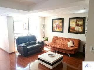Una sala de estar llena de muebles y una televisión de pantalla plana en Casa en Colina Campestre, San Rafael - 320mt, cinco alcobas, terraza