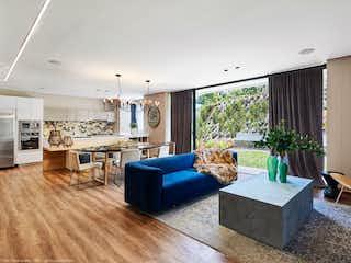 Una sala de estar llena de muebles y una gran ventana en La Purísima Casas